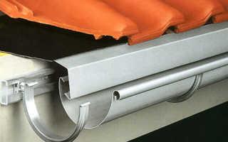 Как крепить водосточную трубу к стене?