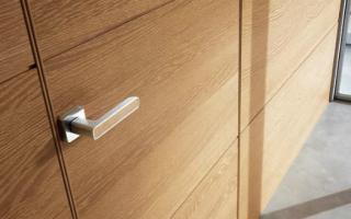 Как отрегулировать язычок дверного замка межкомнатной двери?