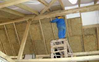 Как закрепить утеплитель между стропилами изнутри двухскатной крыши?