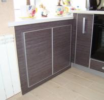 Холодильник под подоконником на кухне